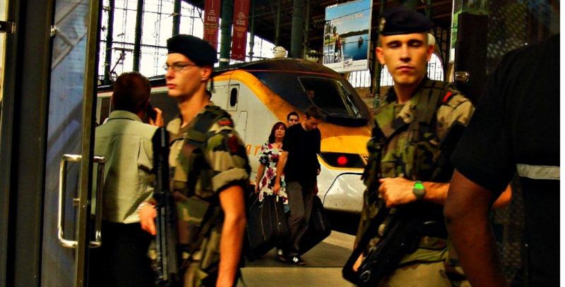 militares patrullando paris
