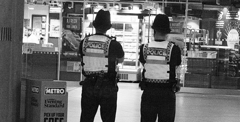 policias britanicos de patrulla