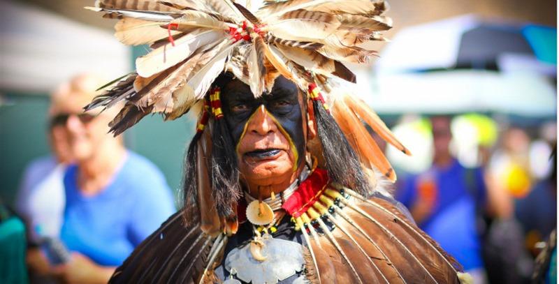 nativo americano con plumas