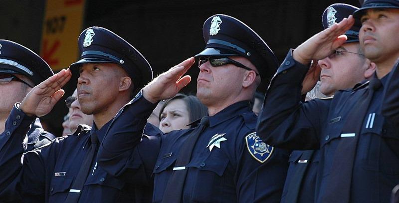 policias saludando