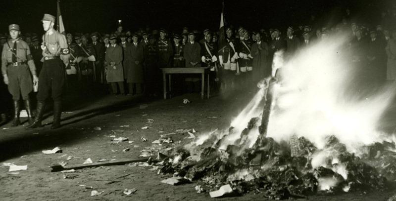 quema de libros por los nazis