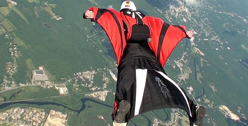 salto con traje de alas