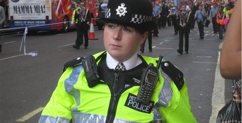 mujer-policia-reino-unido