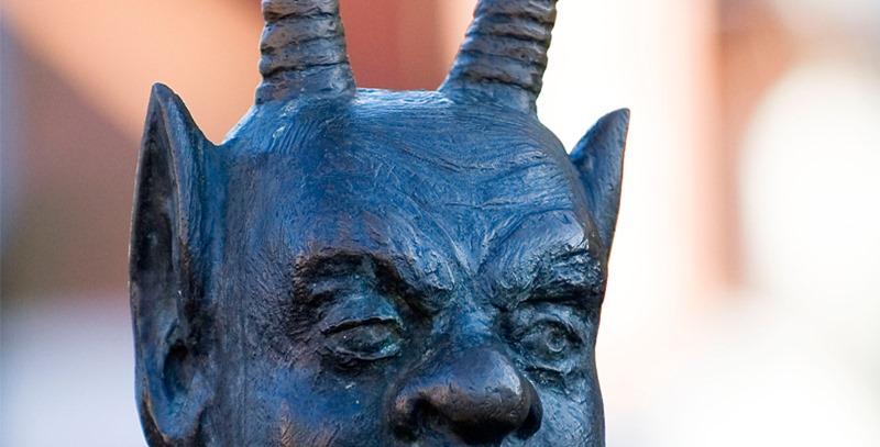 escultura-diablo-con-cuernos