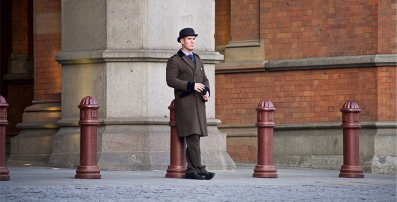hombre-con-bombin-y-abrigo