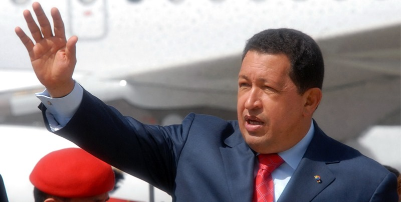 hugo-chavez-bajando-avion