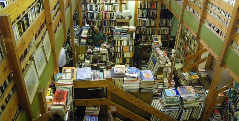 libreria-con-cientos-de-libros