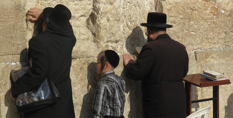 ortodoxos-rezando-muro-de-las-lamentaciones