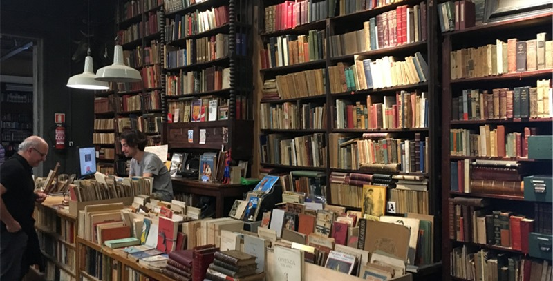libros-en-expositores-en-libreria