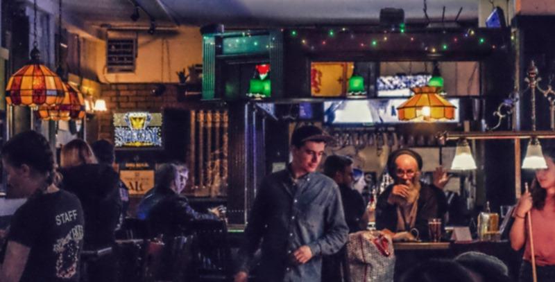 adultos-mediana-edad-bebiendo-en-un-pub