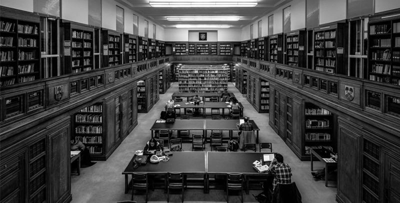 blanco-y-negro-de-biblioteca-universitaria