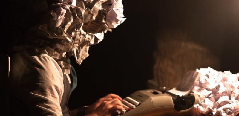 escritor delante maquina escribir
