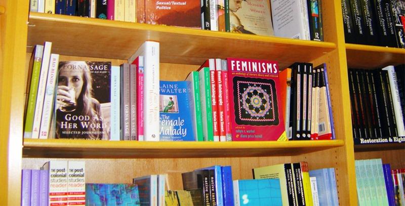 estanteria-de-libreria-con-los-mas-vendidos