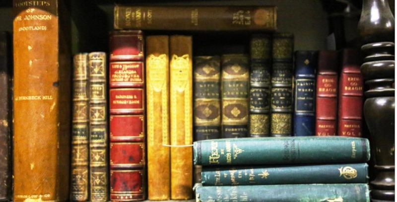 libros clasicos en estanteria
