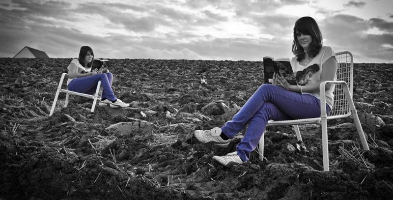 mujer leyendo en el campo