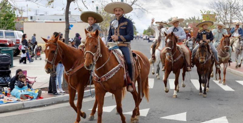 charros mexicanos a caballo