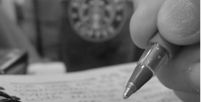 escribiendo a mano bn