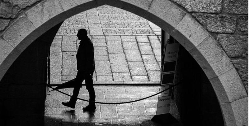 hombre en sombras