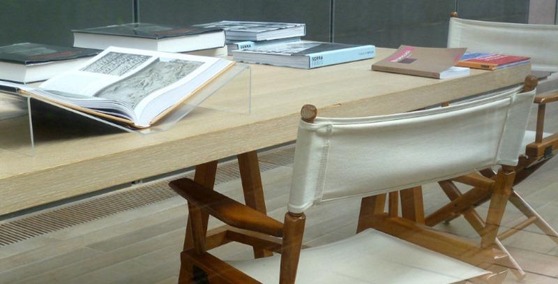 muchos libros sobre mesa