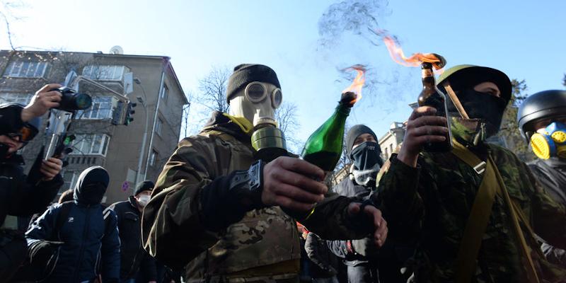 manifestantes con cocteles molotov